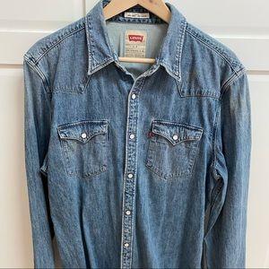 LEVI'S Slim Fit Stonewashed Denim Shirt. Size 12.